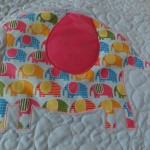 Viele kleine Elefanten in einem großen